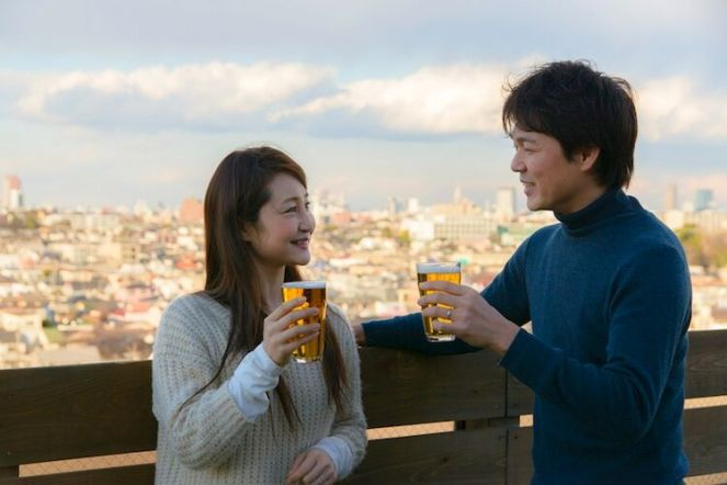 couple-enjoying-beer